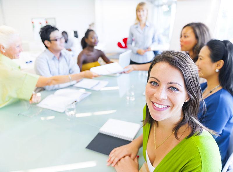 Kollegen sitzen zusammen an einem Konferenztisch