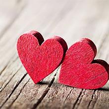 zwei rote Herzen aus Holz