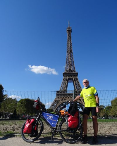 Botschafter Manfred Grimme vor dem Eiffelturm in Paris