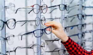 Petra S. sucht neue Brille aus